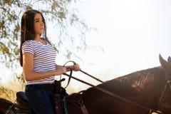 骑马的妇女 免版税图库摄影