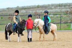 骑马的子项的 免版税库存照片