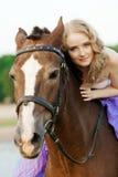 骑马的美丽的妇女在日落在海滩 年轻bea 库存图片