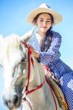 骑马的美女在海滩 免版税库存图片