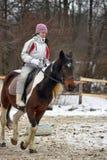 骑马的青少年的女孩 免版税图库摄影