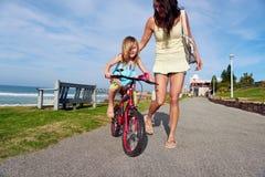 骑马自行车海滩孩子 免版税库存照片