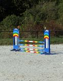 骑马障碍五颜六色的照片  马跳跃的事件竞争的空的领域 免版税库存图片