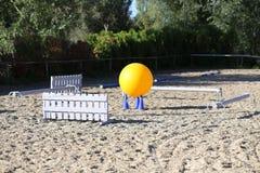 骑马障碍五颜六色的照片  马跳跃的事件竞争的空的领域 库存图片
