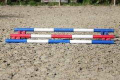 骑马障碍五颜六色的照片  马跳跃的事件竞争的空的领域 库存照片