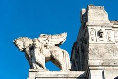 骑马雕象在米兰,北意大利 免版税库存图片