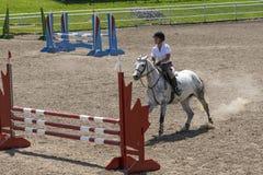 骑马-在跃迁前 库存图片