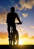 骑登山车的骑自行车者 免版税库存照片