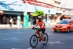 骑他的自行车的人摇摄 免版税库存照片