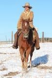 骑他的马的牛仔 免版税库存照片