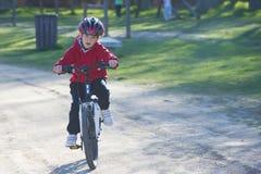 骑他的登山车的孩子 库存照片