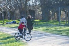 骑他的登山车的孩子 免版税图库摄影