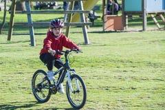 骑他的登山车的孩子 免版税库存照片