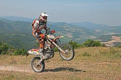 骑enduro摩托车KTM 350 EXC的骑自行车的人 免版税库存照片
