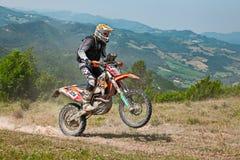 骑enduro摩托车KTM 350 EXC的骑自行车的人 库存照片