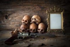 头骨和框架在木背景 库存图片