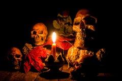 头骨和蜡烛与烛台在木 免版税库存图片