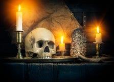 头骨和蜡烛 免版税库存照片