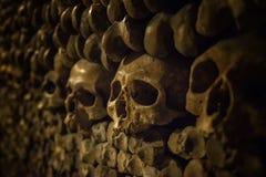 头骨和骨头在巴黎地下墓穴 免版税库存照片