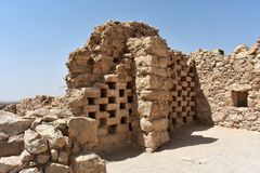 骨灰瓮安置所塔的废墟在古老马萨达,南区,以色列的 库存照片