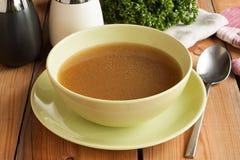 去骨由牛肉做的汤,供食在汤碗 免版税库存照片