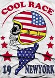 头骨盔甲纽约马达种族葡萄酒摩托车种族手图画T恤杉打印 库存图片