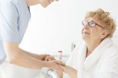 骨质疏松症的母亲病残 库存图片