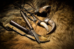 骨头和刀子被雕刻的象牙垂饰有鞘的在皮革 库存照片