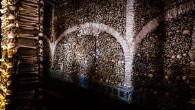 骨头的教堂内部在埃武拉,葡萄牙 库存照片