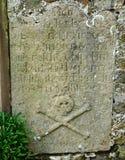 骷髅图在墓碑 免版税库存图片