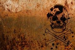 骷髅图象征性为危险和威胁生命被绘在生锈的金属片纹理背景 免版税库存图片