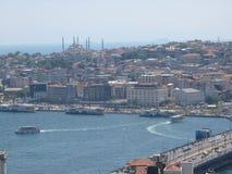 高一个看的伊斯坦布尔全景与加拉塔著名桥梁  火鸡 免版税库存照片