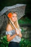 高三学生摆在与画象的伞在多雨 库存图片
