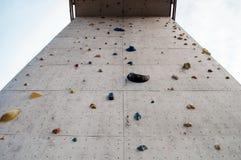 高上升的墙壁和蓝天 免版税图库摄影
