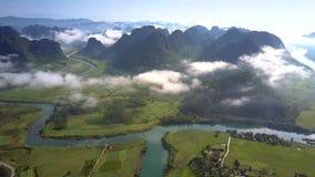 高上部看法河横跨高地谷跑 股票视频