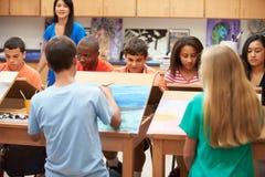 高中与老师的艺术课 免版税库存照片