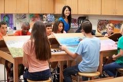 高中与老师的艺术课 库存图片