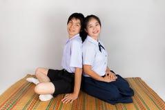 高中亚裔泰国学生的恋人 免版税库存照片