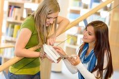 高中台阶的图书馆学员 免版税图库摄影