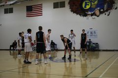 高中在篮球场的蓝球队 库存图片