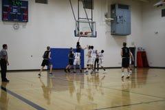 高中在行动的蓝球队 库存照片