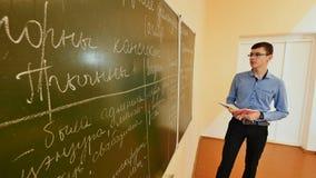 高中在黑板的学生答复 学校主题 免版税库存照片