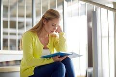 高中学生女孩在台阶的阅读书 图库摄影