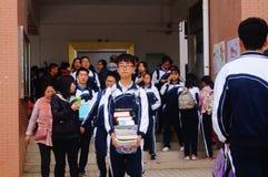 高中开始了对冬天假期,在教室外面的学生,离开校园 图库摄影