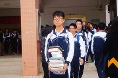 高中开始了对冬天假期,在教室外面的学生,离开校园 免版税库存照片