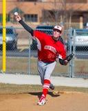 高中棒球投手做准备 免版税库存图片