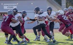 高中橄榄球并列争球 图库摄影