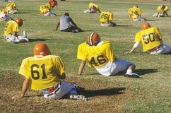 高中橄榄球队实践 免版税图库摄影
