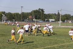 高中橄榄球队实践 免版税库存照片