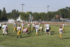 高中橄榄球队实践 库存照片